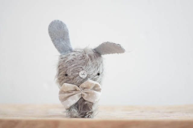 Alex, pocholines, los pocholines, lelelerele, lelelerele handmade, conejito gris, peluche de mohair, hecho a mano, handmade, soft sculpture, , softie, craft, regalos